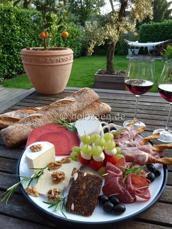 Käse- Wurst und Fischplatte angerichtet