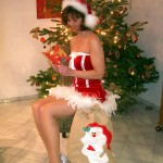 Frau in sexy Weihnachtskostüm Samt Minikleid mit Schleifchen