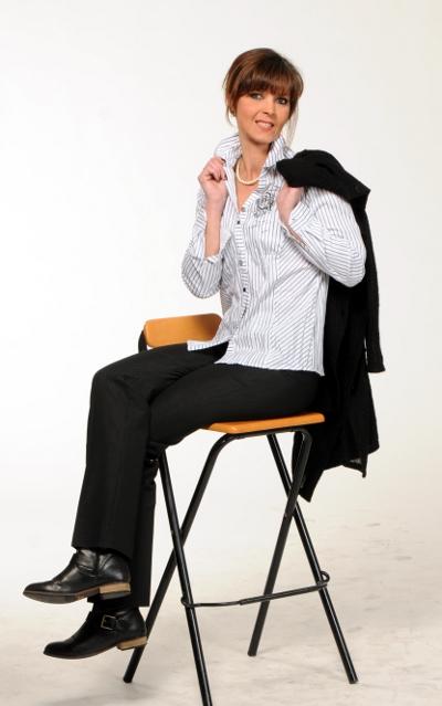 Kombination mit schwarzer Hose, Leo Muster hat und weiß-grau-silbern gestreifte Bluse