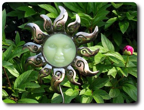 Sonnengesicht als Dekoration im Garten