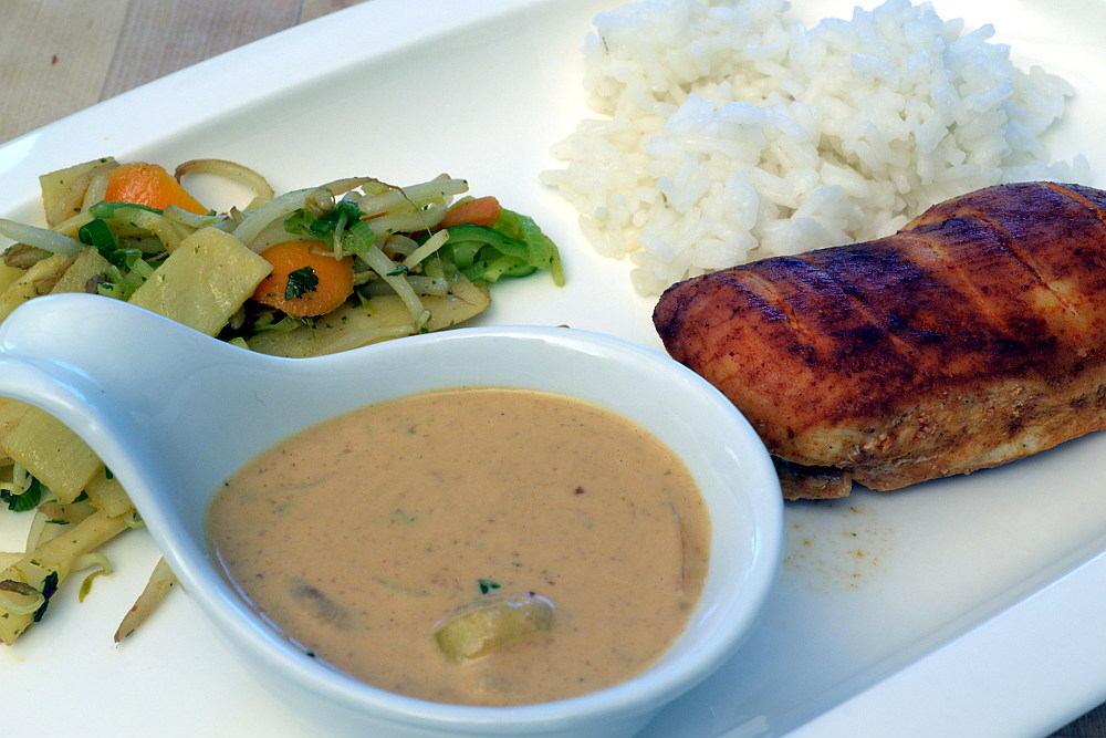 Erdnusssoße im Wok mit Teriyaki Hähnchen
