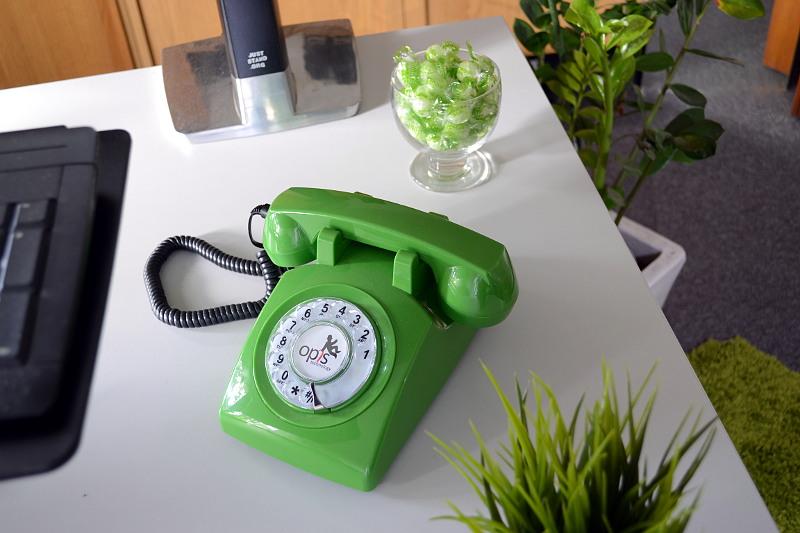 grünes Wählscheibentelefon
