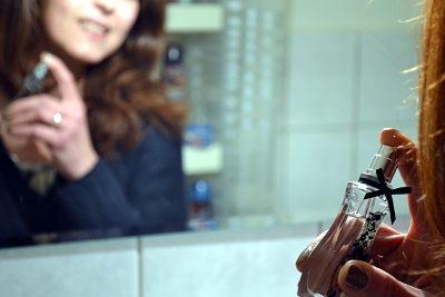Parfüm auftragen